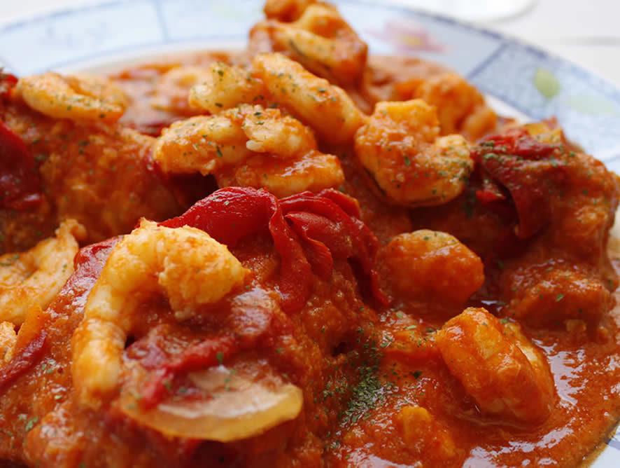 Bacalao con salsa de pimientos rojos y langostinos