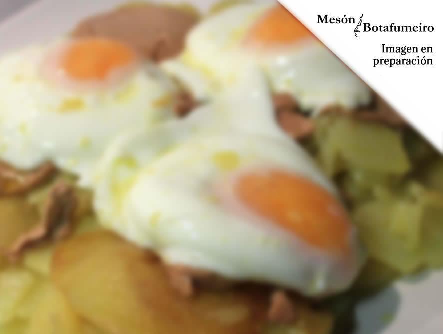 Huevos rotos con patatas y foie