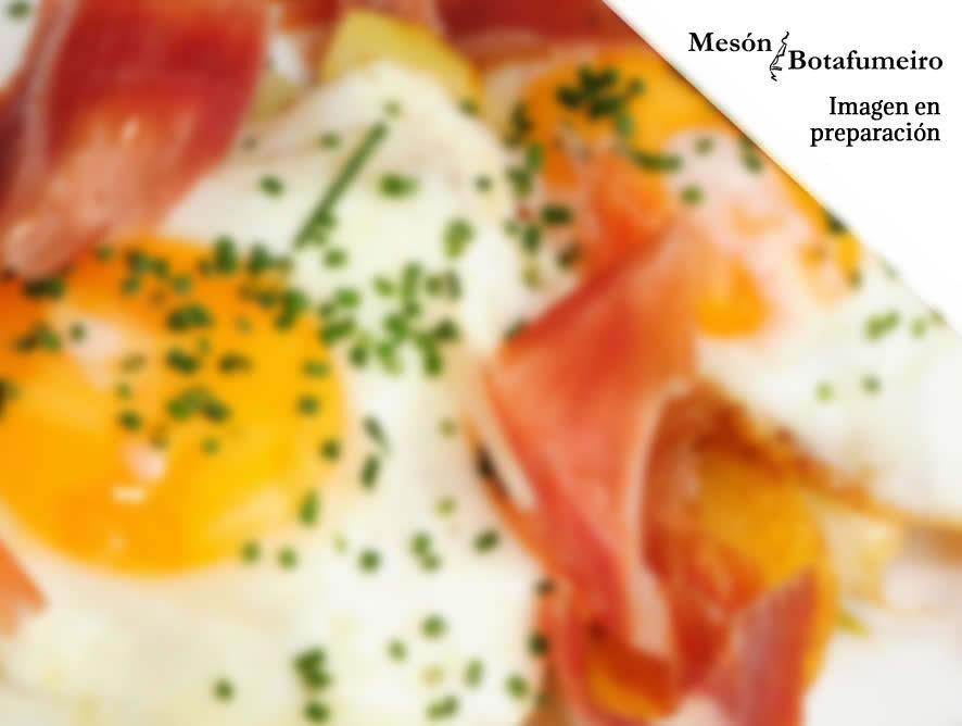 Huevos rotos con patatas y jamón serrano