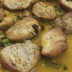 Solomillo de cerdo trinchado con ajos y pimientos