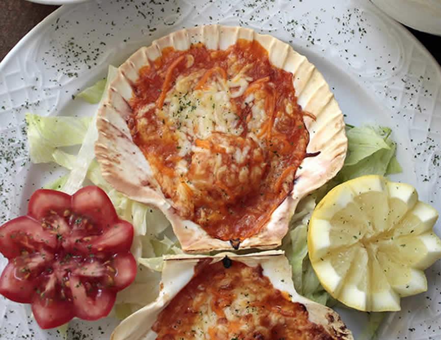 Vieira gratinada con salsa marinera